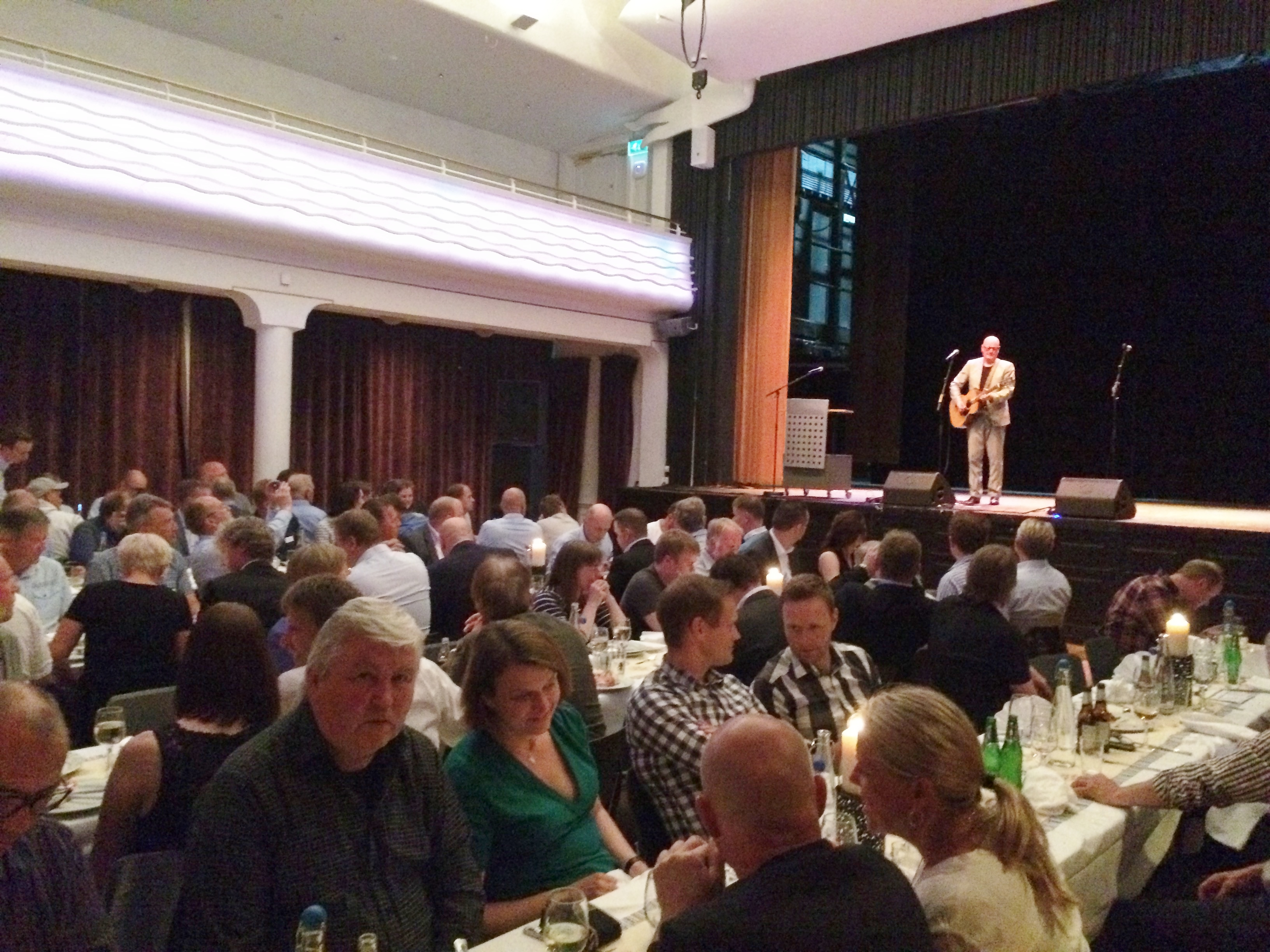 Frode Alnæs var vår konferansier under festmiddagen. Sammen med Øyvind Elgenes, bedre kjent som «Elg», underholdt han oss med gode historier, smittende humør og flott musikk. Frode og «Elg», som i 1984 dannet bandet «Dance With A Stranger», er blant norsk musikks mest populære artister