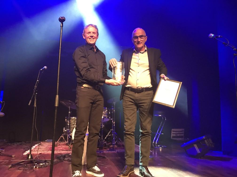 Prisvinneren (til høgre) og styreleder Bjarte Koppen