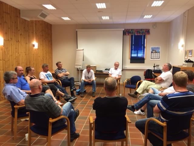 Engasjerte kursdeltakere i faglige diskujoner med kursleder Trond Kaulum fra Norsk Vann BA